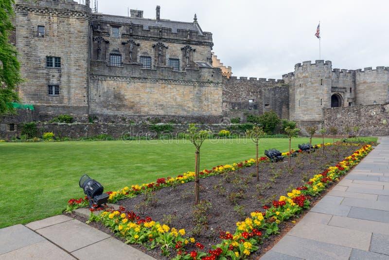 Escocés Stirling Castle del patio con la cama del jardín y de flor fotos de archivo libres de regalías