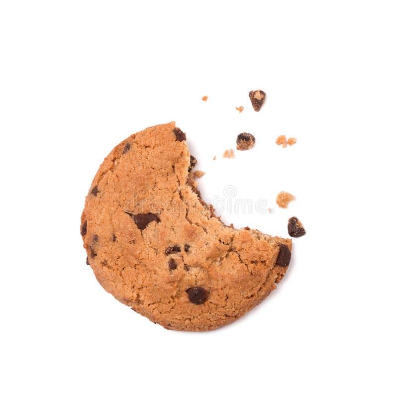 Escoja alrededor de la galleta del microprocesador de chocolate con las migas y muerda a los desaparecidos, aislados en blanco de imágenes de archivo libres de regalías