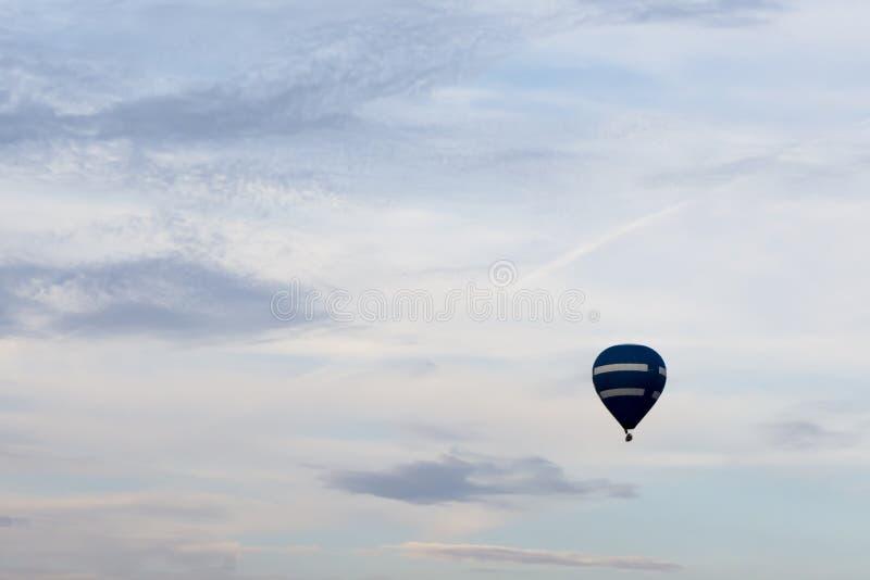 Escoja el globo del aire caliente contra un cielo hermoso del verano imagen de archivo