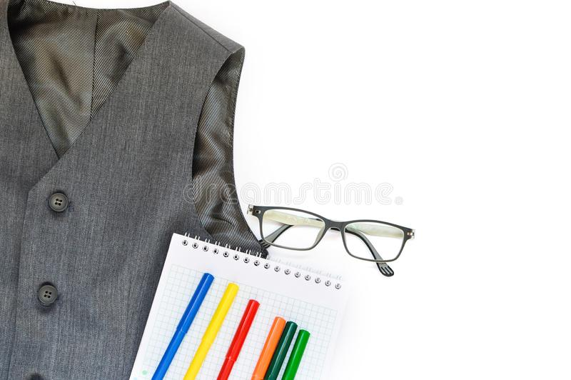 Escola ajustada com veste, lápis, canetas com ponta de feltro, e vidros em um fundo branco escola De volta ? escola conceito da e imagens de stock royalty free