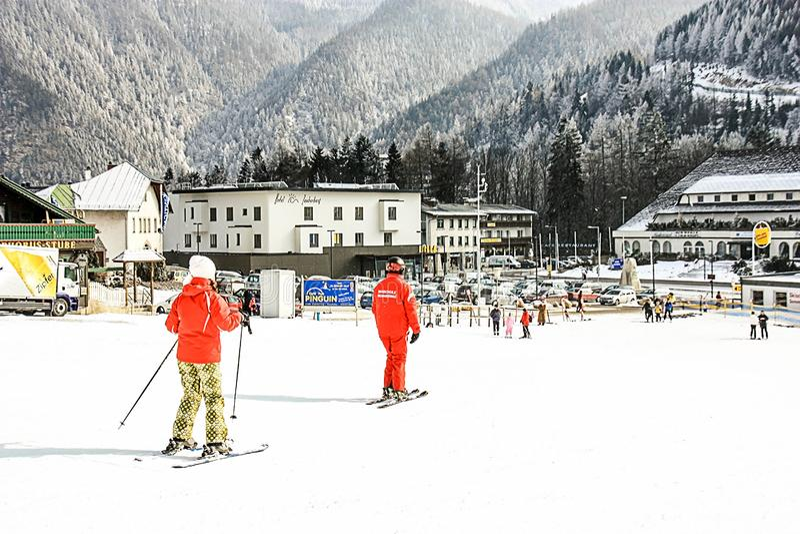 Escola alpina do esqui Instrutor e estudante no equipamento colorido do esqui fotografia de stock