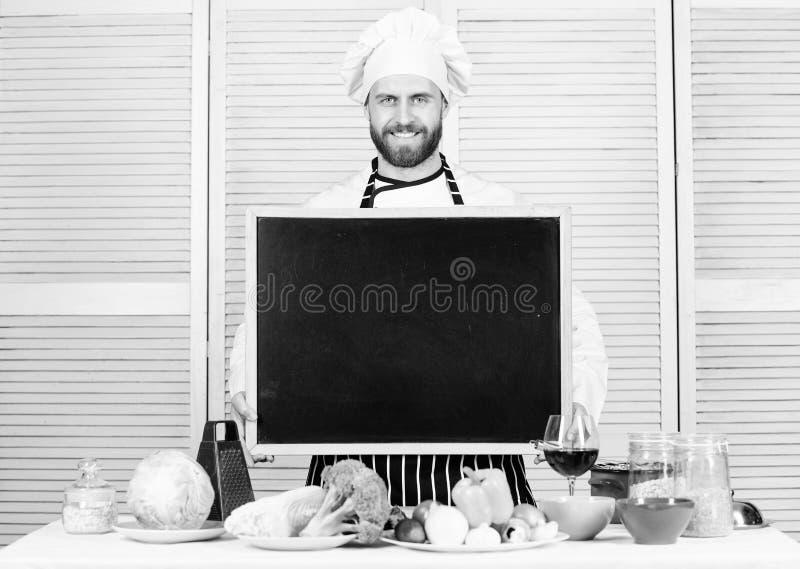 Escola culin?ria Classe mestra de ensino do cozinheiro principal em cozinhar a escola Cozinheiro mestre que d? a aula de culin?ri fotografia de stock