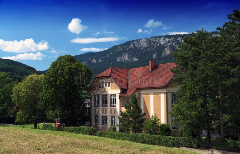 Escola da vila nas montanhas dos cumes foto de stock royalty free