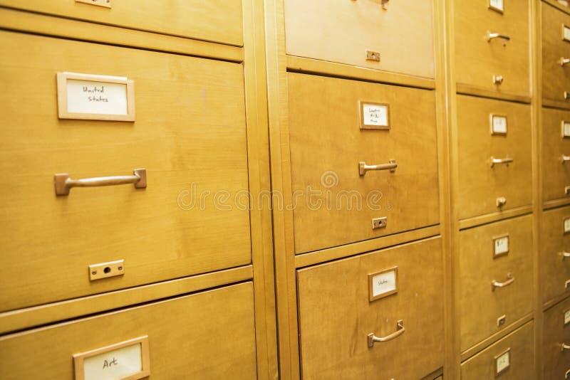Escola de madeira do arquivamento da educação dos armários de cartão do índice da biblioteca fotografia de stock royalty free