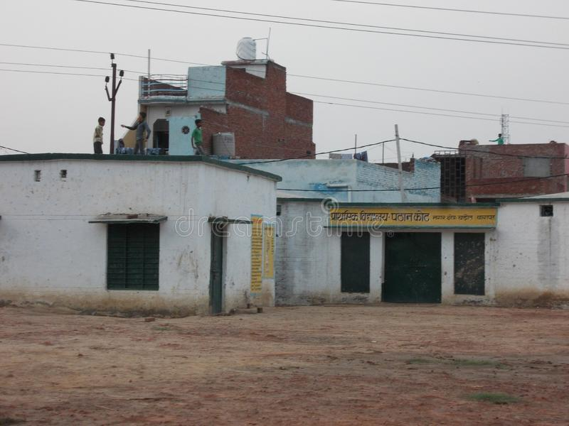 Escola do governo no voo da criança de india ao papagaio foto de stock