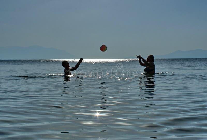 Escola do voleibol no mar fotos de stock