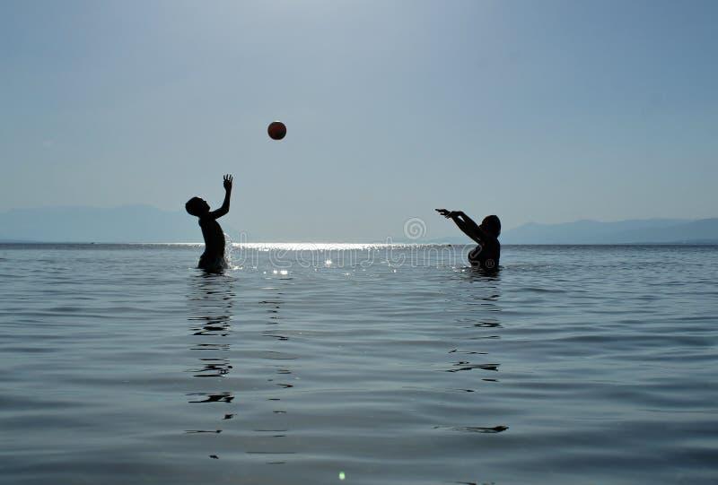 Escola do voleibol no mar fotos de stock royalty free