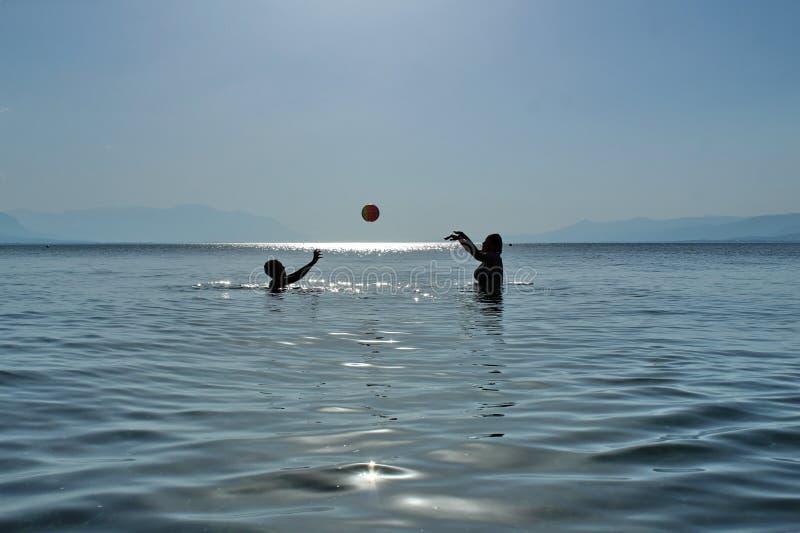 Escola do voleibol no mar imagem de stock royalty free