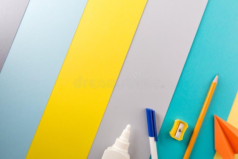 Escola e materiais de escritório no fundo listrado brilhante conceito: de volta à escola, minimalismo imagens de stock