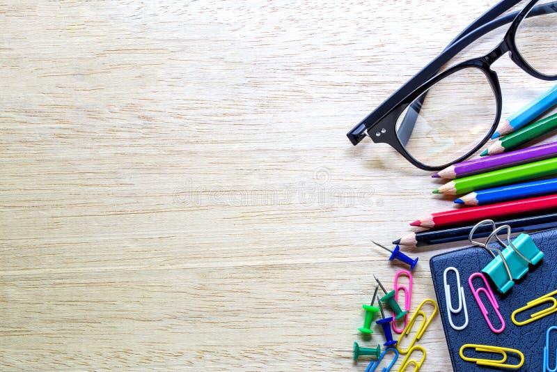 Escola e materiais de escritório sobre a tabela do escritório fotos de stock