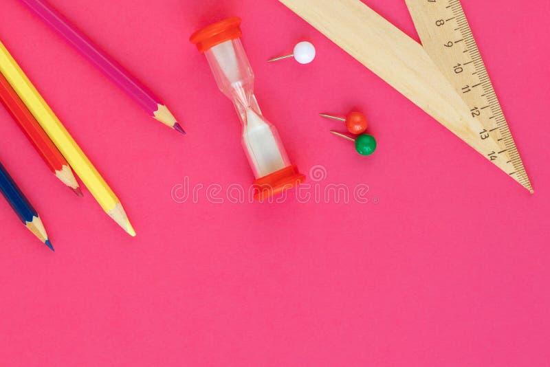 Escola e materiais de escrit?rio no fundo cor-de-rosa, vista superior De volta ? escola Configura??o lisa, espa?o da c?pia foto de stock royalty free
