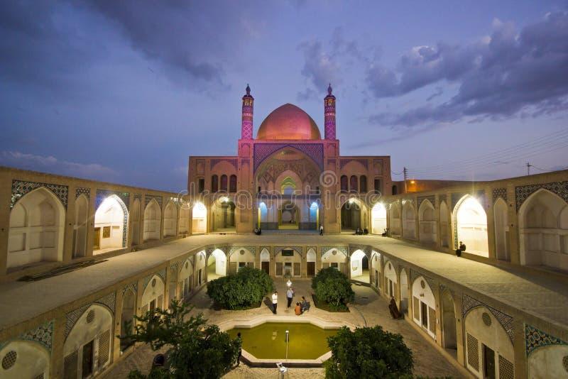 Escola e mesquita de Agha Bozorg em Kashan na noite, Irã imagens de stock royalty free