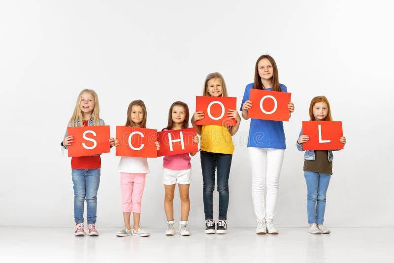 escola Grupo de crianças com as bandeiras vermelhas isoladas no branco imagens de stock