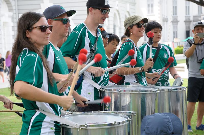 Escola internacional Samba Drummers de SJI no dia de St Patrick em Singapura foto de stock