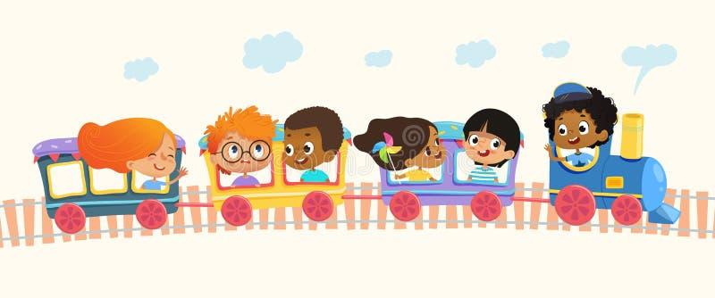 A escola multirracial caçoa os meninos e as meninas que riem e que viajam pelo trem colorido no montes verdes Vetor Isolado lata ilustração do vetor