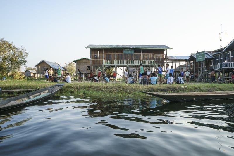 Escola no lago Inle foto de stock