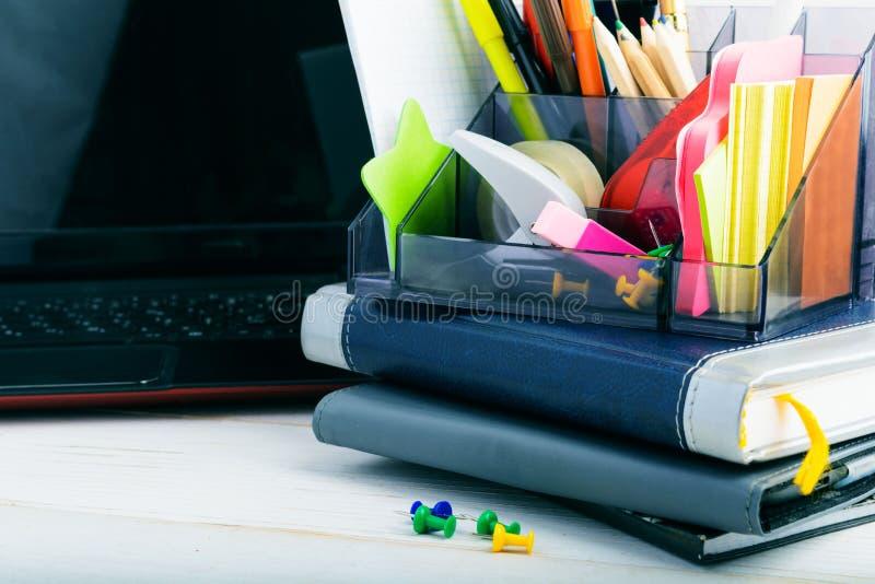 Escola ou conceito do negócio com estacionário, os cadernos e o portátil fotos de stock royalty free