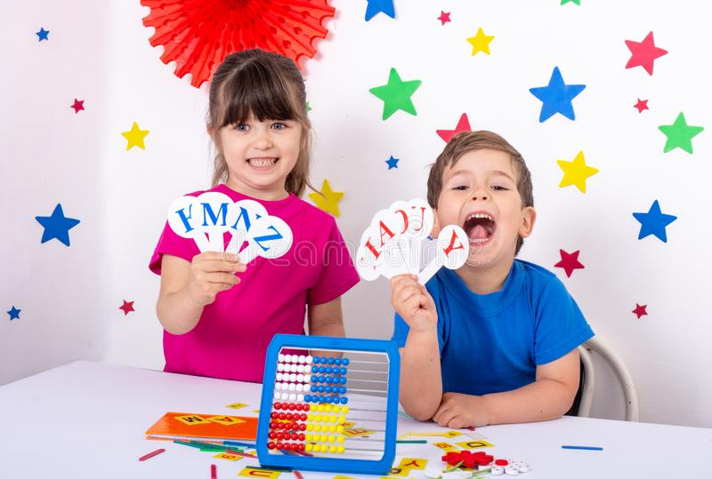 A escola pré-escolar e primária aprende o alfabeto inglês, cores, formas imagem de stock