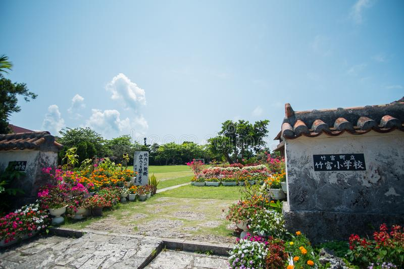 Escola primária na ilha de Taketomi, Okinawa Prefecture foto de stock royalty free