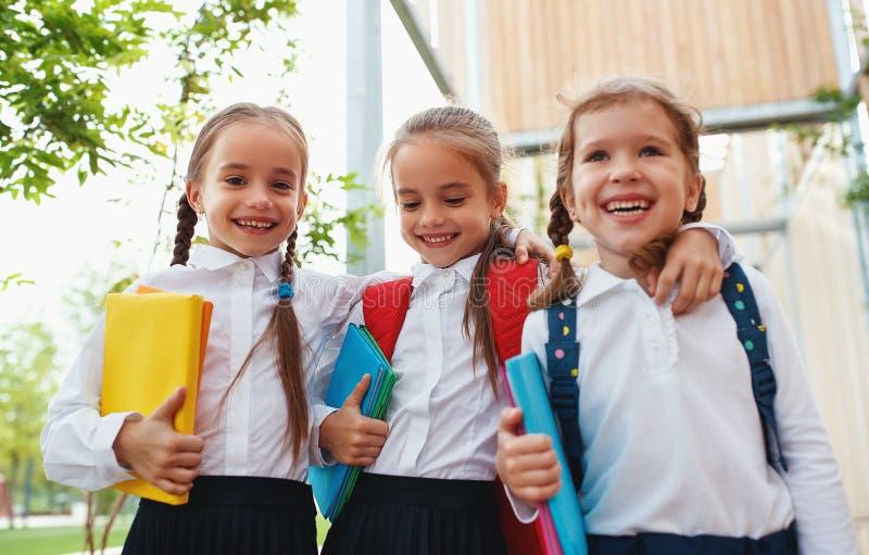 Escola prim?ria do estudante feliz da estudante da amiga das crian?as imagens de stock royalty free
