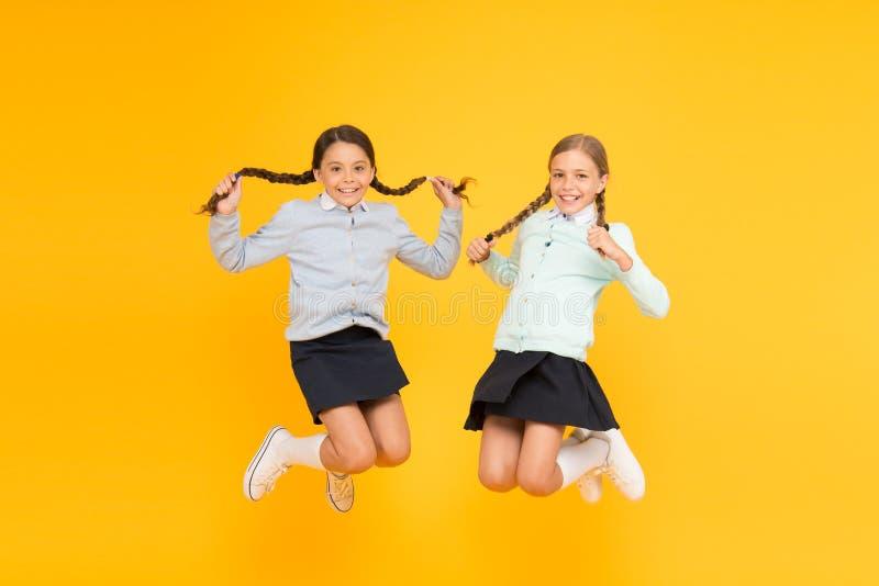 Escola secund?ria Estudantes bonitos das crianças Alunos excelentes dos melhores amigos das estudantes As estudantes arrumam a es foto de stock royalty free