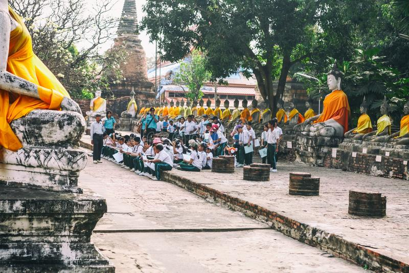 A escola tailandesa caçoa na lição com o professor em Wat Yai Chaimongkhon fotografia de stock royalty free