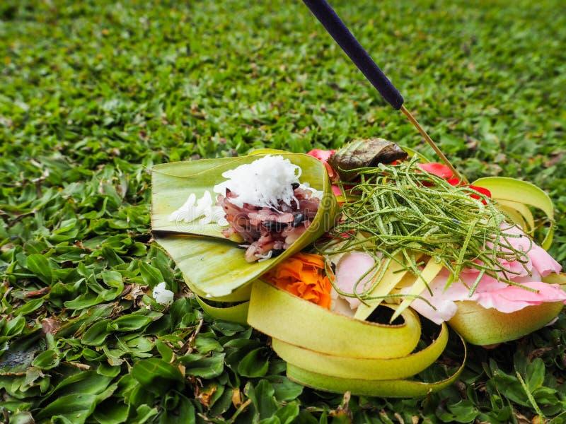 Escolha a cesta de oferecimento feita das folhas de palmeira, arroz, flores imagem de stock royalty free