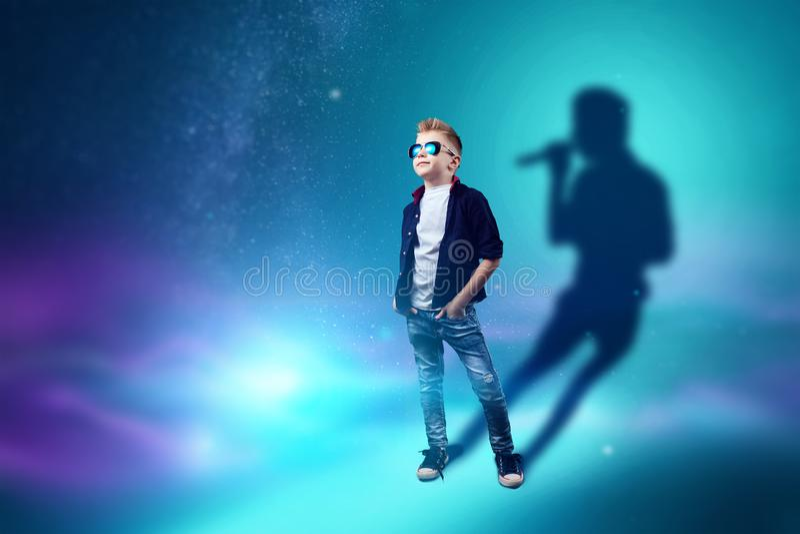 A escolha da profiss?o, o futuro da crian?a Os sonhos do menino de transformar-se um cantor Profiss?o do conceito, estrela mundia ilustração stock
