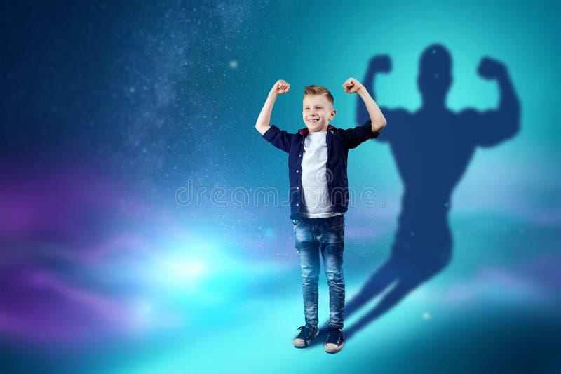 A escolha da profiss?o, o futuro da crian?a Os sonhos do menino de transformar-se um halterofilista forte Profiss?o do conceito,  ilustração stock