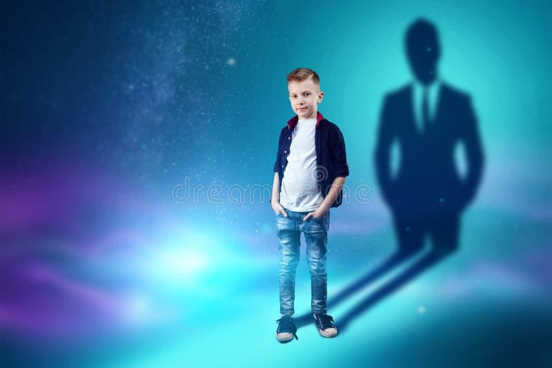 A escolha da profiss?o, o futuro da crian?a Os sonhos do menino de transformar-se um homem de neg?cios Conceito da profiss?o, fin ilustração royalty free