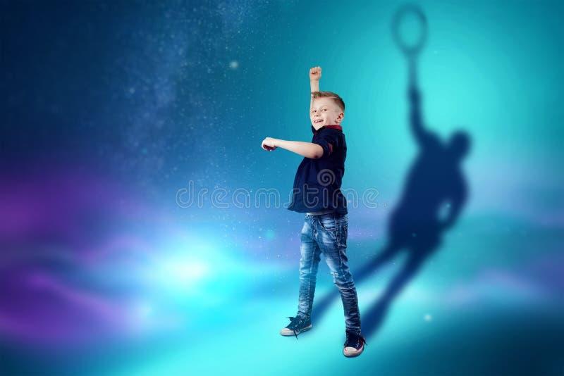 A escolha da profiss?o, o futuro da crian?a Os sonhos do menino de transformar-se um jogador de t?nis Profiss?o do conceito, espo ilustração stock