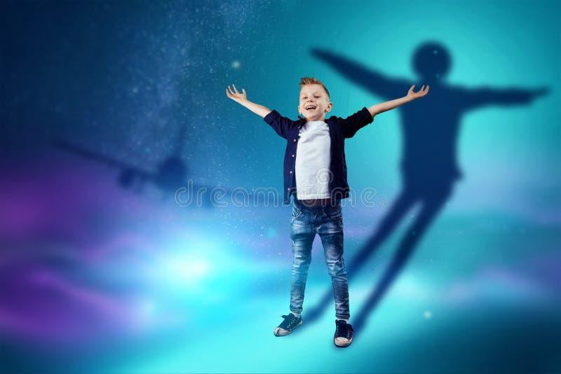 A escolha da profiss?o, o futuro da crian?a Os sonhos do menino de transformar-se um piloto Profiss?o do conceito, avia??o, crian ilustração royalty free