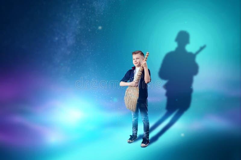 A escolha da profiss?o, o futuro da crian?a Os sonhos do menino de transformar-se um soldado O conceito de uma profiss?o, ilustração stock