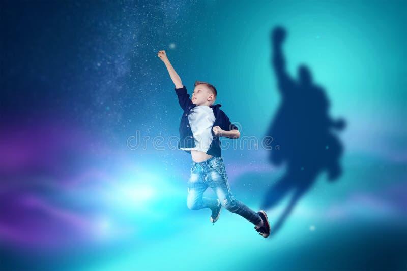 A escolha da profiss?o, o futuro da crian?a Os sonhos do menino de transformar-se um superman Profiss?o do conceito, her?is, inf? ilustração royalty free
