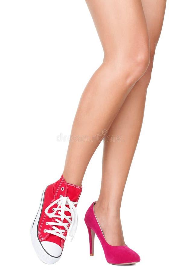 Escolha das sapatas - saltos elevados ou lona ocasional imagens de stock royalty free