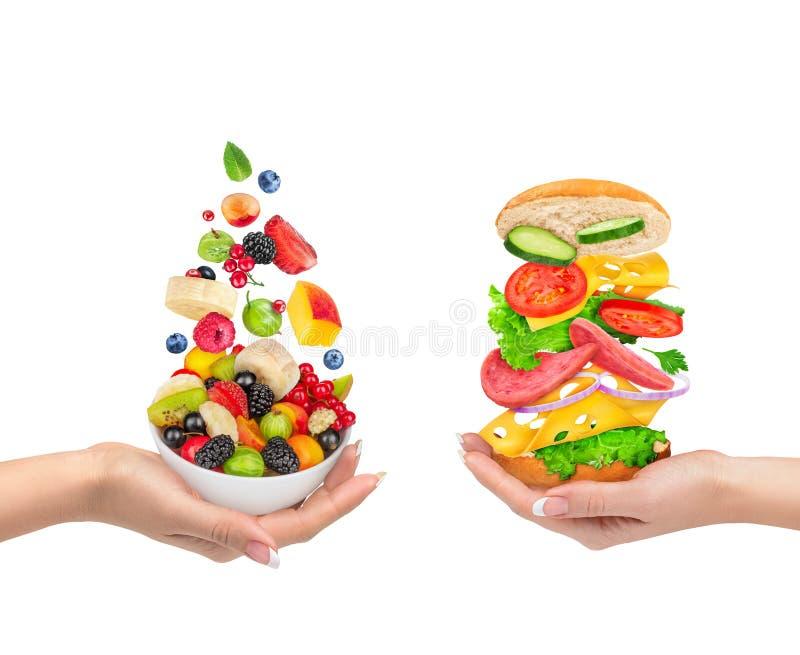 A escolha de um alimento saudável ou do alimento insalubre imagens de stock