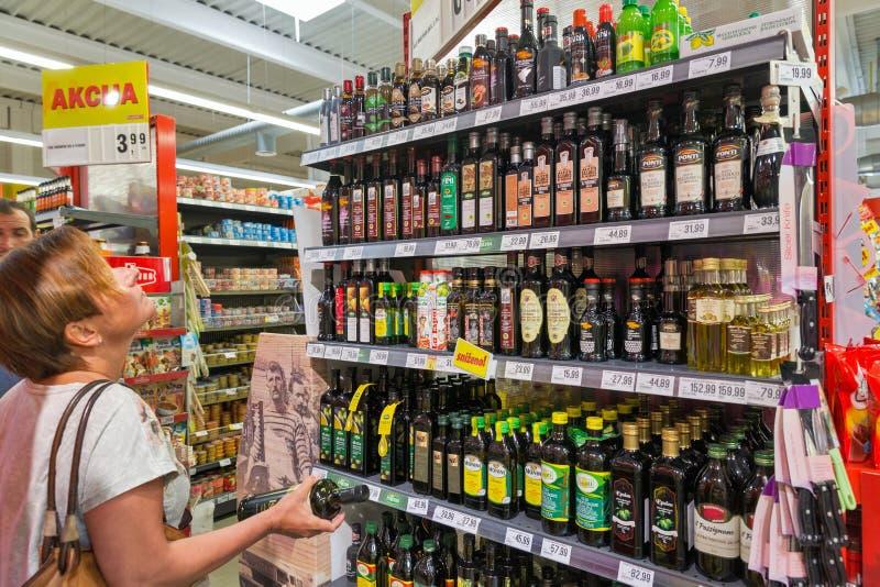 Escolha do azeite no supermercado de Plodine Novigrad, Croatia imagem de stock