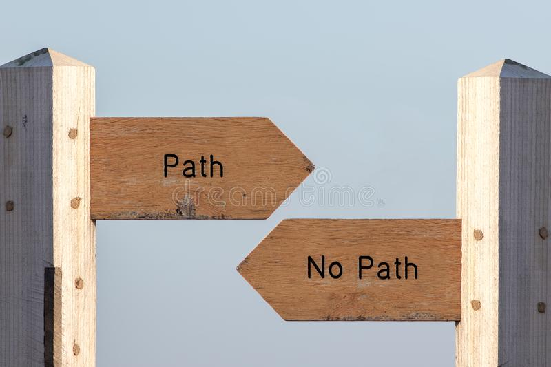 Escolha do sinal do trajeto Siga o destino ou faça sua própria maneira imagem de stock