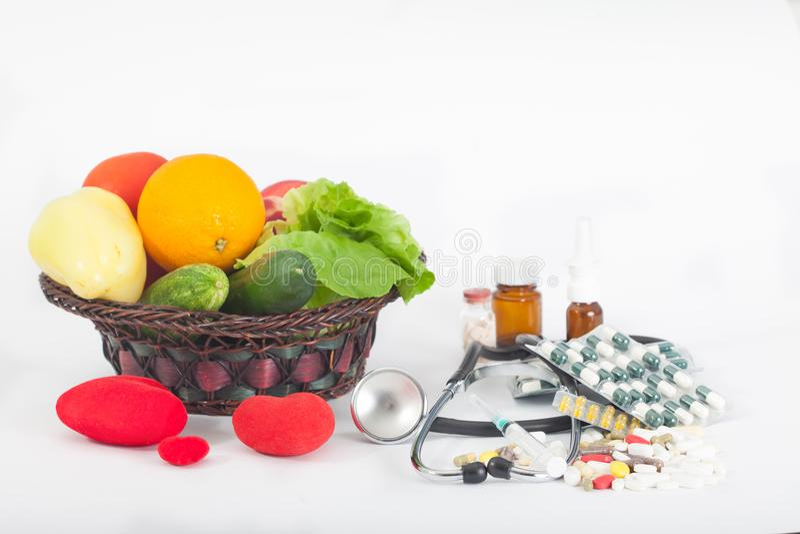 Escolha entre comer saudável ou comprimidos e suplementos imagens de stock royalty free