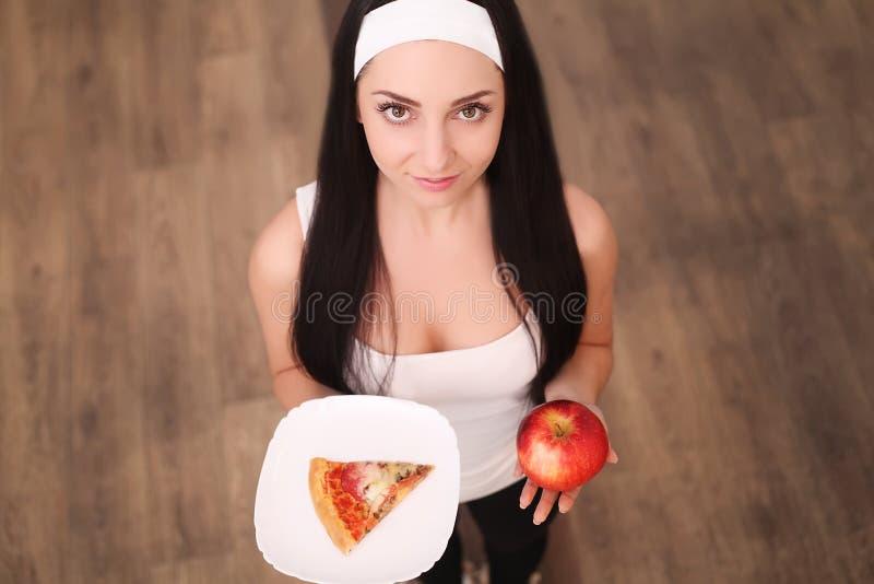 Escolha entre a comida lixo contra a dieta saudável fotos de stock royalty free