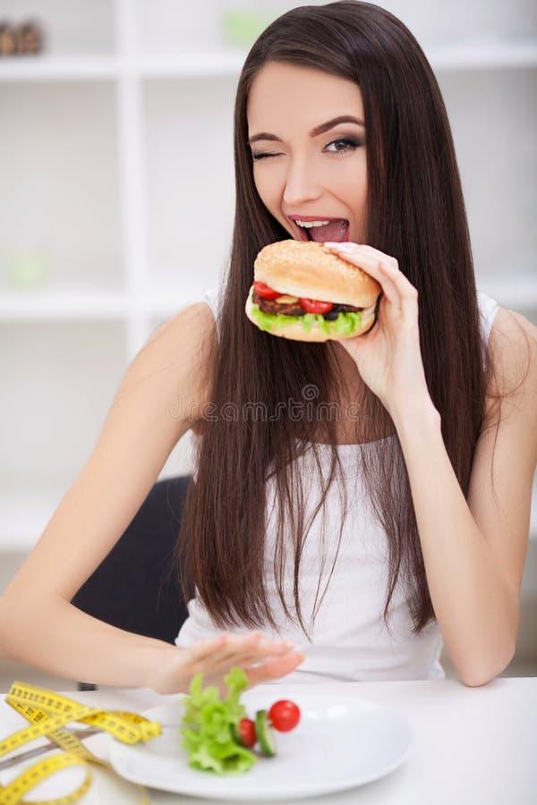 Escolha entre a comida lixo contra a dieta saudável imagens de stock