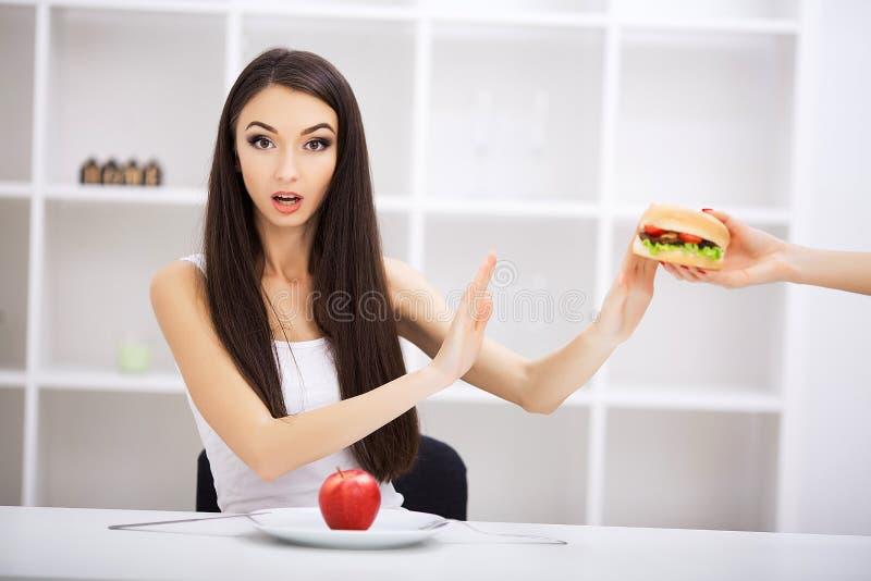 Escolha entre a comida lixo contra a dieta saudável fotografia de stock