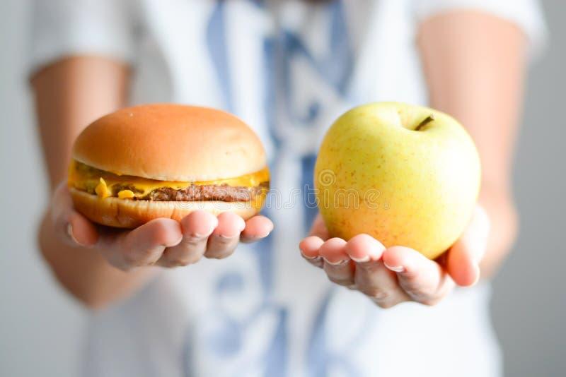 Escolha entre a comida lixo contra a dieta saudável foto de stock