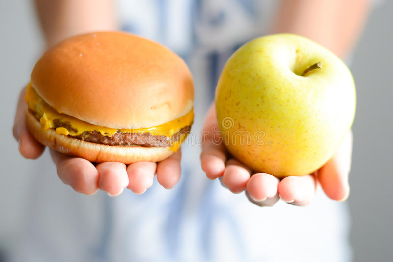 Escolha entre a comida lixo contra a dieta saudável imagens de stock royalty free
