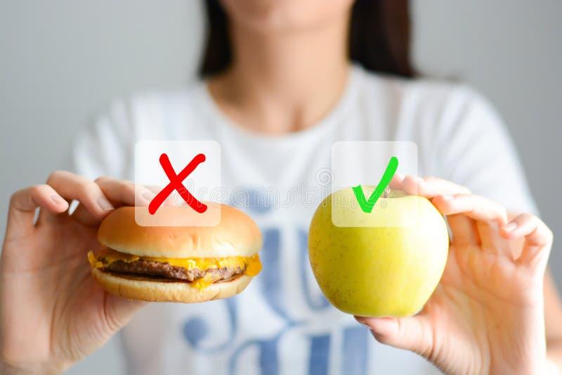 Escolha entre a comida lixo e uma dieta saudável foto de stock