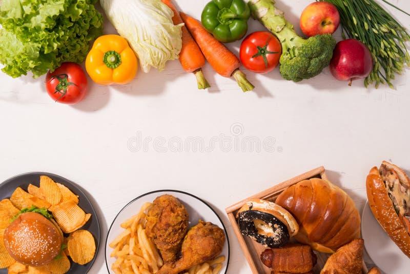 Escolha entre frutos e doces Saudável contra o alimento insalubre fotos de stock