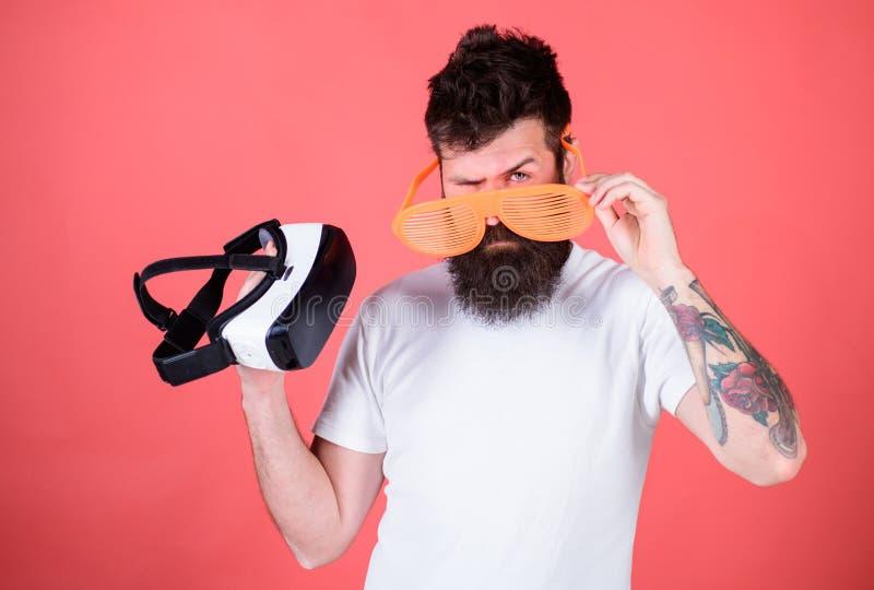 Escolha entre a realidade e o VR Equipe o moderno farpado com os auriculares da realidade virtual e os óculos de sol louvered no  imagem de stock