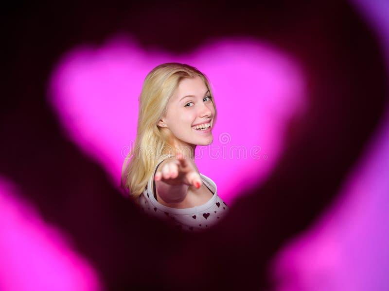 Escolha-me para a data romântica Vista através do modelo de forma bonito da mulher da silhueta da forma do coração Dia feliz dos  foto de stock royalty free