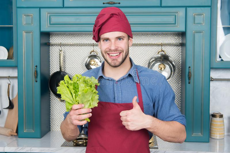 A escolha natural O homem feliz dá os polegares acima para a salada verde Homem pronto para cozinhar o alimento natural saudável  imagens de stock