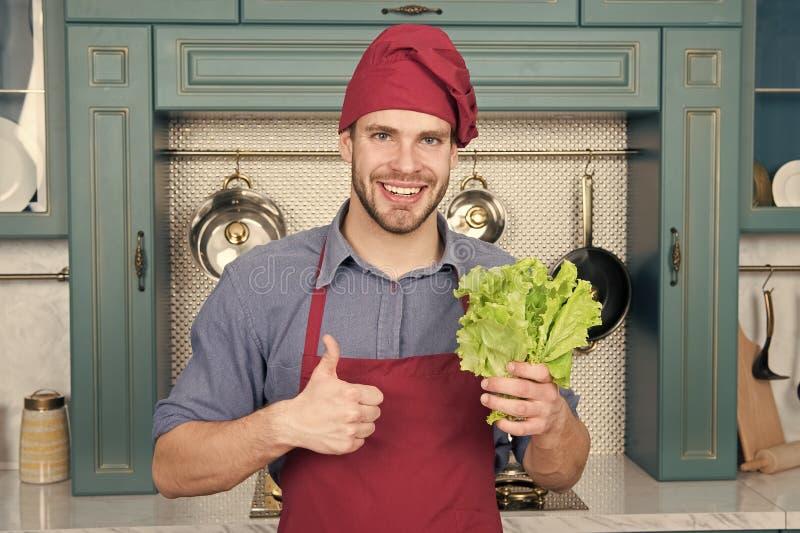 A escolha natural O homem feliz d? os polegares acima para a salada verde Homem pronto para cozinhar o alimento natural saud?vel  fotografia de stock royalty free